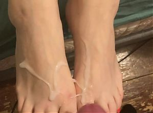Cumming over my girlfriends pretty feet